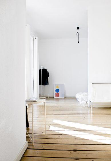 Klare Strukturen, Inszenierte Favoriten: Durch Eine Minimalistische  Einrichtung Kann Eure Wohnung Aufgeräumter Und Heller Wirken. / Photo: Tobi  Mania